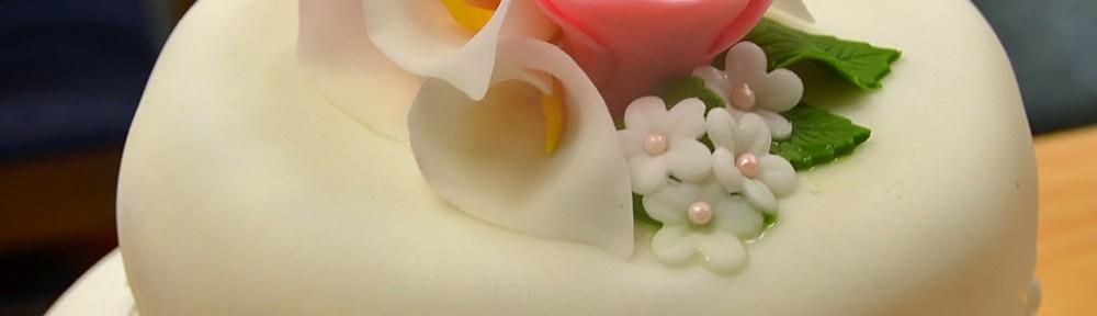 Rosa tvåvåningstårta till bröllop