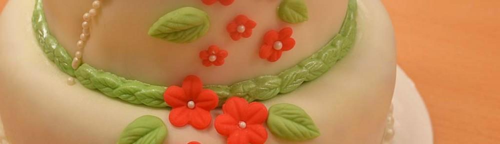 Småblommig bröllopstårta
