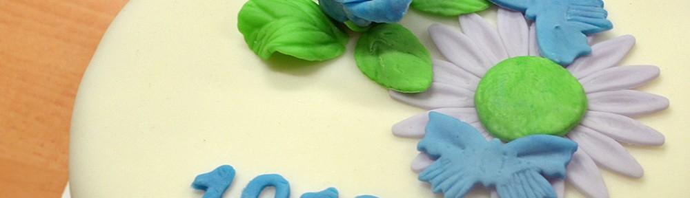 Tårta med blommor och fjärilar