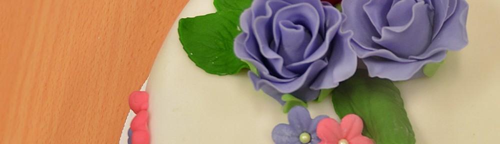 Rosa och lila tårta med rosor
