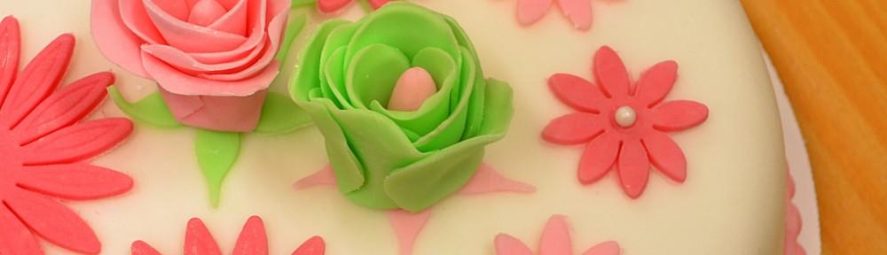 Rosa, blommig tårta