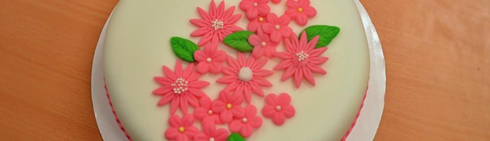 Rosablommig tårta
