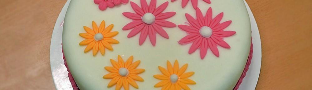 Somrig gul och rosa tårta