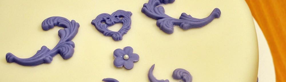 Festlig tårta i vitt och lila