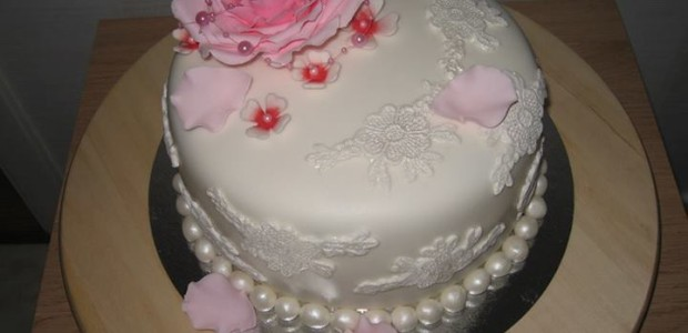 Vacker tårta i vitt och rosa