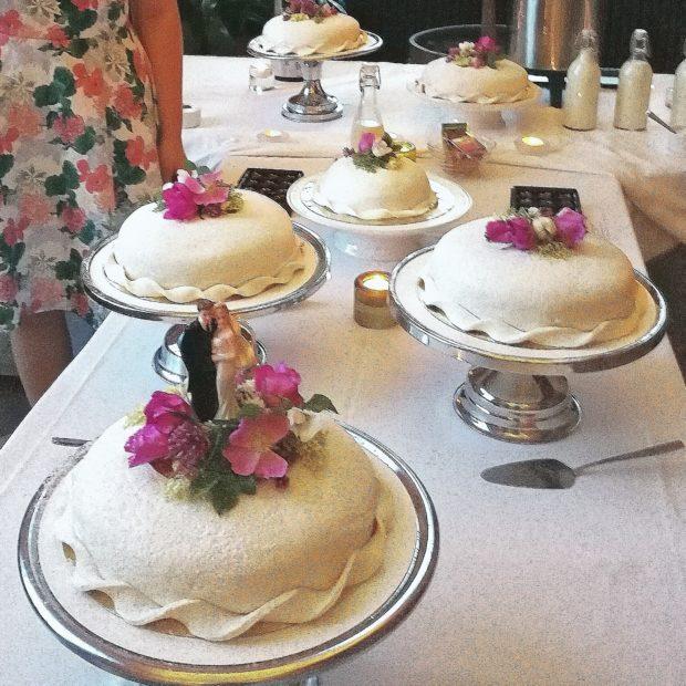 Bröllopstårta med smak av försommar och smultron
