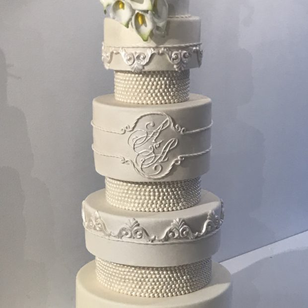 Bröllopstårta med socker blommor