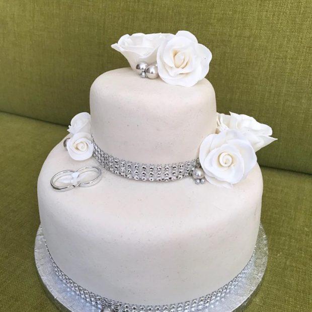 Stilren bröllopstårta